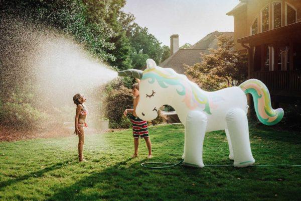 Unicorno spara-acqua gigante